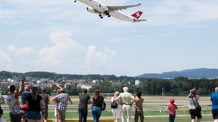 Auch die Schweizer Behörden sollen künftig Zugriff haben auf die gesammelten Daten über die Flugpassagiere. (Keystone)
