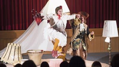 Ein Freudensprung für junge Zuschauer: Henne Ida vom Theater Bagat Chur – eines von elf Stücken des Festivals. (Bild: Nelly Rodriguez/PD)