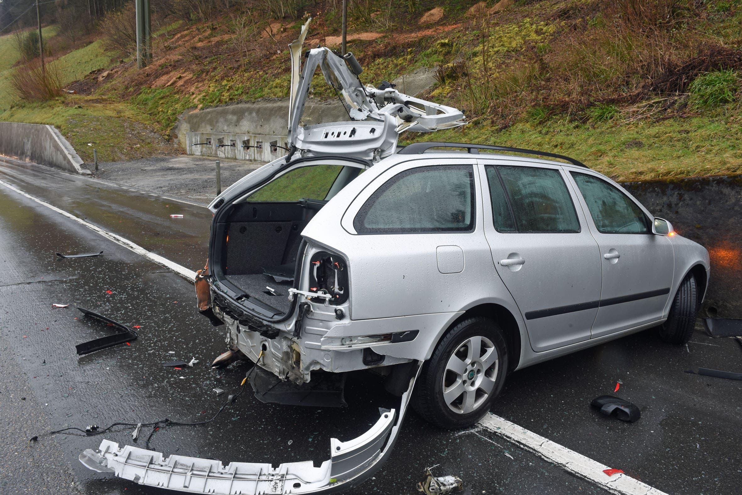 In einer Rechtskurve brach das Heck des Personenwagens aus.