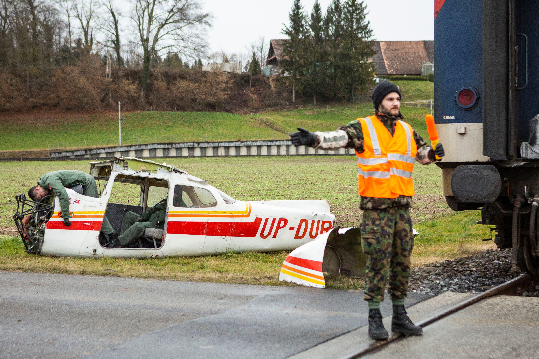 In Zusammenarbeit mit der Polizei sorgten Armeeangehörige für die Regelung des Strassenverkehrs.