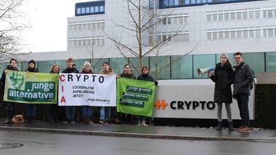 Mitglieder der Jungen Alternative Zug vor dem Crypto-Firmensitz in Steinhausen. (Bild: PD)