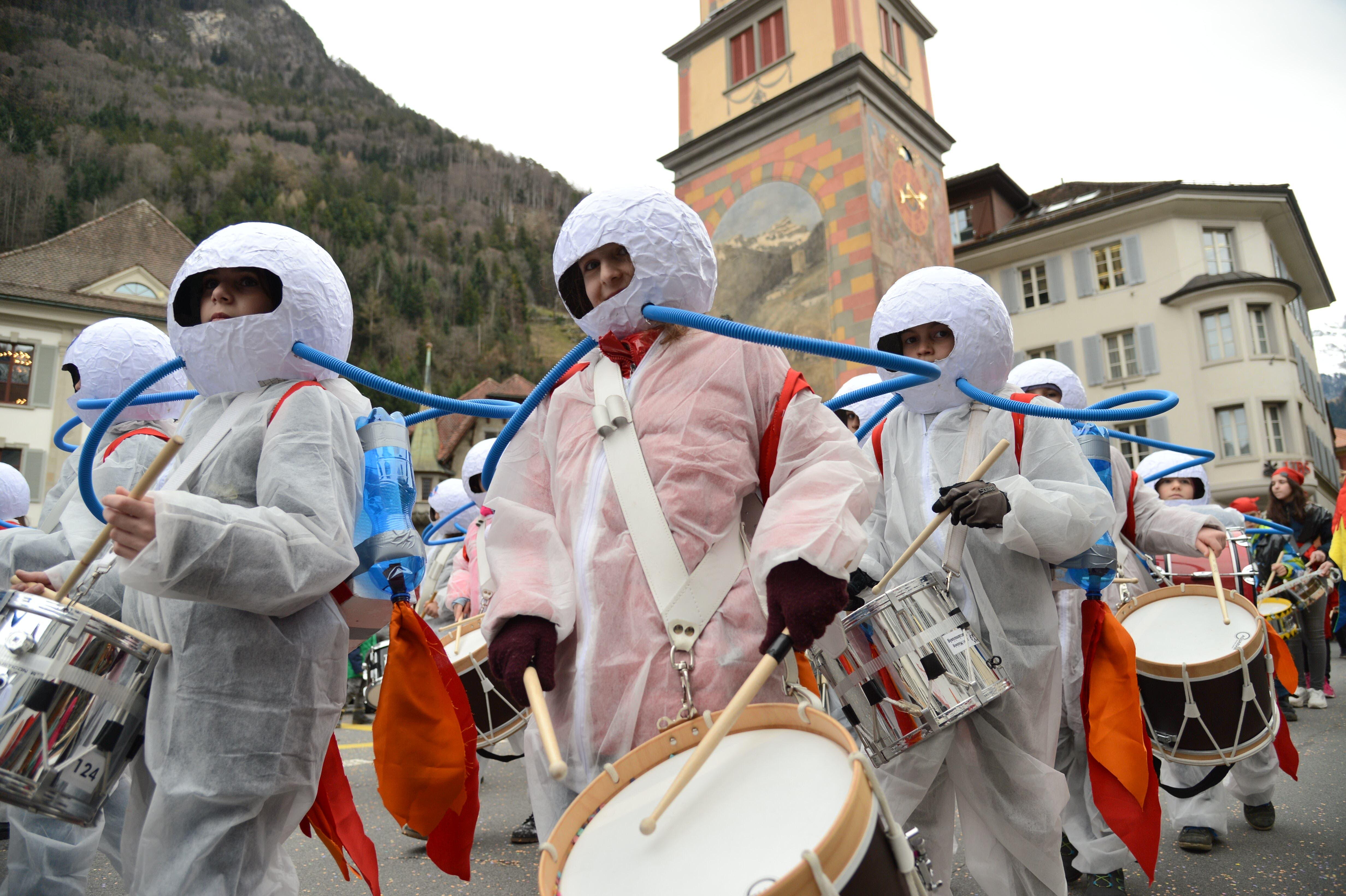 Astronauten trommeln an der Schulkatzenmusik lautstark mit.