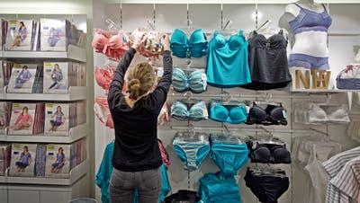 Eine Kundin im Calida-Shop an der Kapellgasse 16 in Luzern. Das Bild entstand am Montag, 16. März 2015.(Pius Amrein / Neue LZ)Wirtschaft, Unterwäsche, Kleider, Laden (Pius Amrein  (neue Lz) / Neue Luzerner Zeitung)