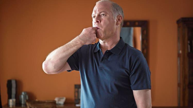 Den gekrümmten Finger wie einen Pistolenlauf in den Mund in Richtung Ohr. Cristi (Vlad Ivanov) beim Üben der Pfeifsprache. Antonio Buil. (Bild: Filmcoopi Bild: Filmcoopi)