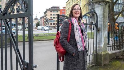 Judith Dörflinger (SP) auf dem Schulhausplatz Maihof. Im Stadtrat will sie sich für bessere Bedingungen für Kinder und Familien einsetzen. (Dominik Wunderli)
