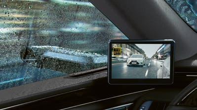 Auch Lexus lanciert digitale Aussenspiegel: Ob sich das System tatsächlich unter widrigen Wetterbedingungen beweisen kann, bleibt aber abzuwarten. (HO)