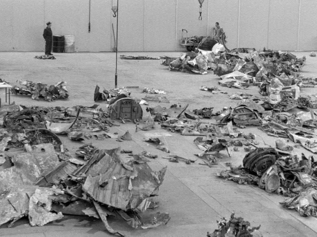 Die Trümmerteile der abgestürzten Swissair-Maschine wurden in einer Halle in Kloten untersucht.