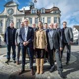 Vertreter der SVP Thurgau stehen in Weinfelden für eine hochstehende Bildung zusammen: Patrick Küng, Mathias Tschanen, Urs Schrepfer, Andreas Wirth, Judith Ricklin, Daniel Vetterli, Ruedi Zbinden, Willy Nägeli und Manuel Strupler. (Bild: Reto Martin)