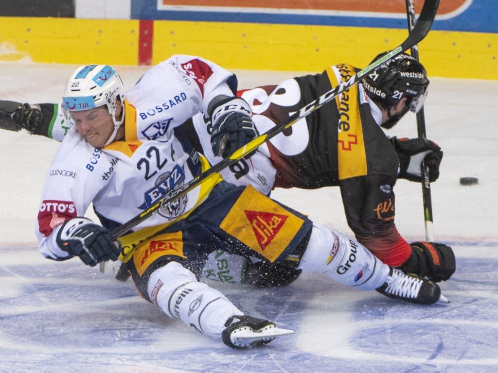 Bern und Zug, im Bild Simon Moser und Santeri Alatalo, lieferten sich ein hart umkämpftes Spiel