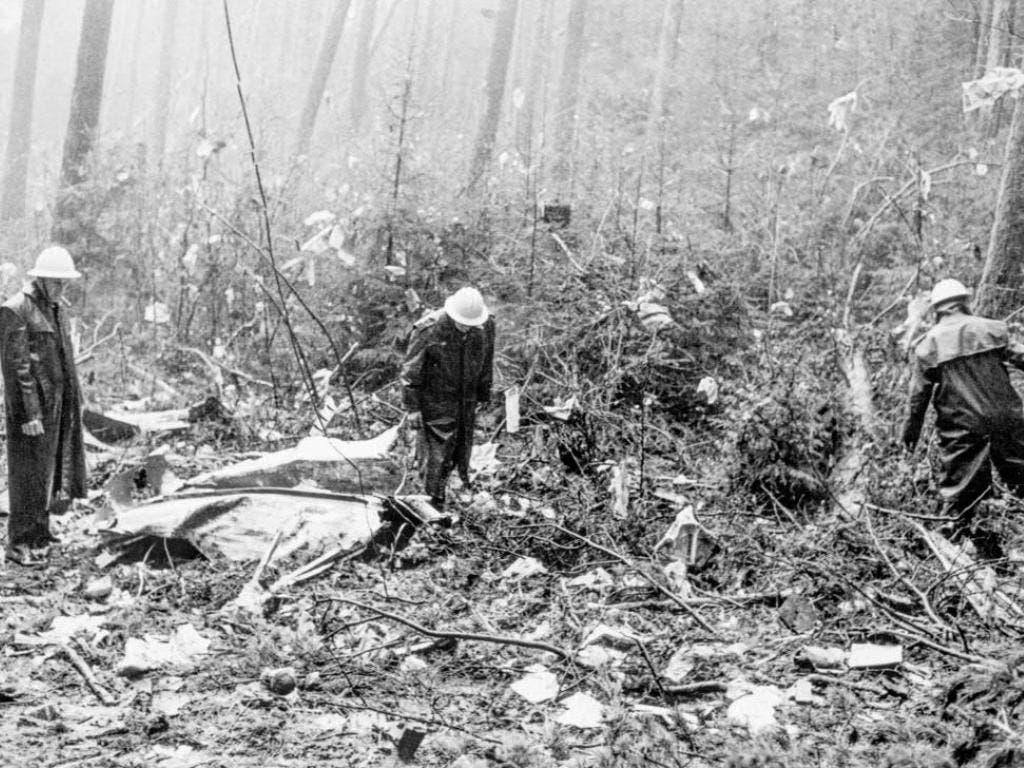 Bild der Verwüstung: Feuerwehrleute und Polizisten suchen die Absturzstelle im Wald von Würenlingen AG ab.