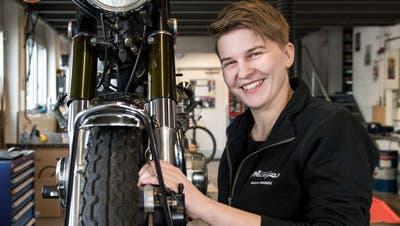 Töffmechanikerin Andrea Ambühl in der Werkstatt.