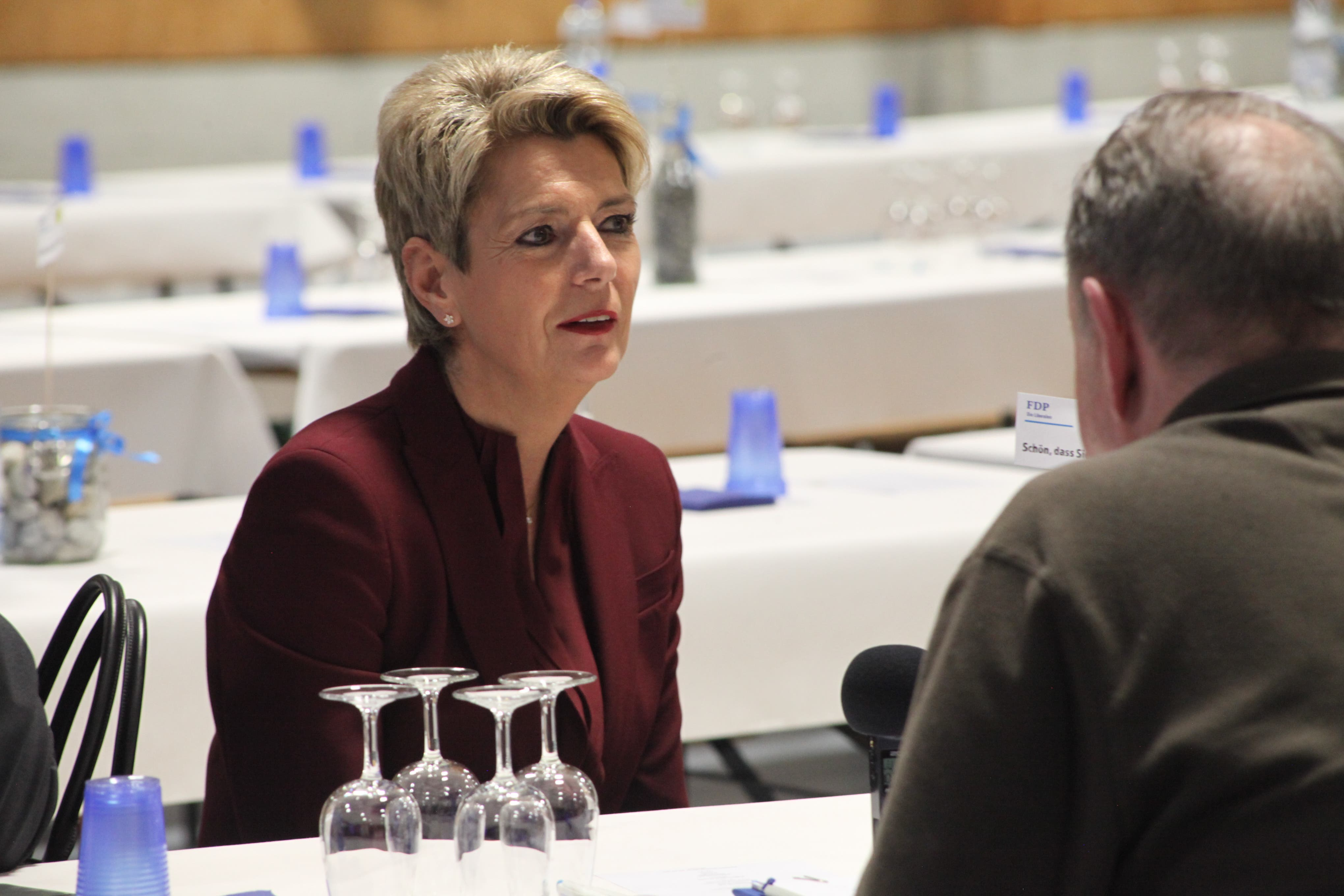 FDP-Volksanlass in der Rollhockey-Halle in Seedorf. Bundesrätin Karin Keller-Sutter im Gespräch mit Urnern.