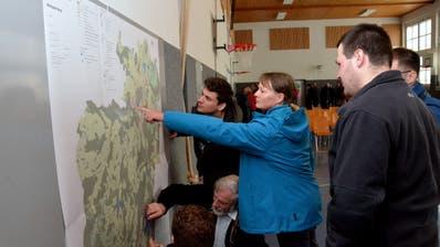 Die Fischinger prüfen erste Details auf den neuen Plänen. ((Bild: Christoph Heer))