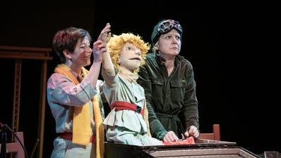 Zwei, die vom Himmel gefallen sind: der kleine Prinz, gespielt von Eliane Blumer, und Frauke Jacobi als Pilot Antoine. (Bild: Figurentheater St. Gallen)