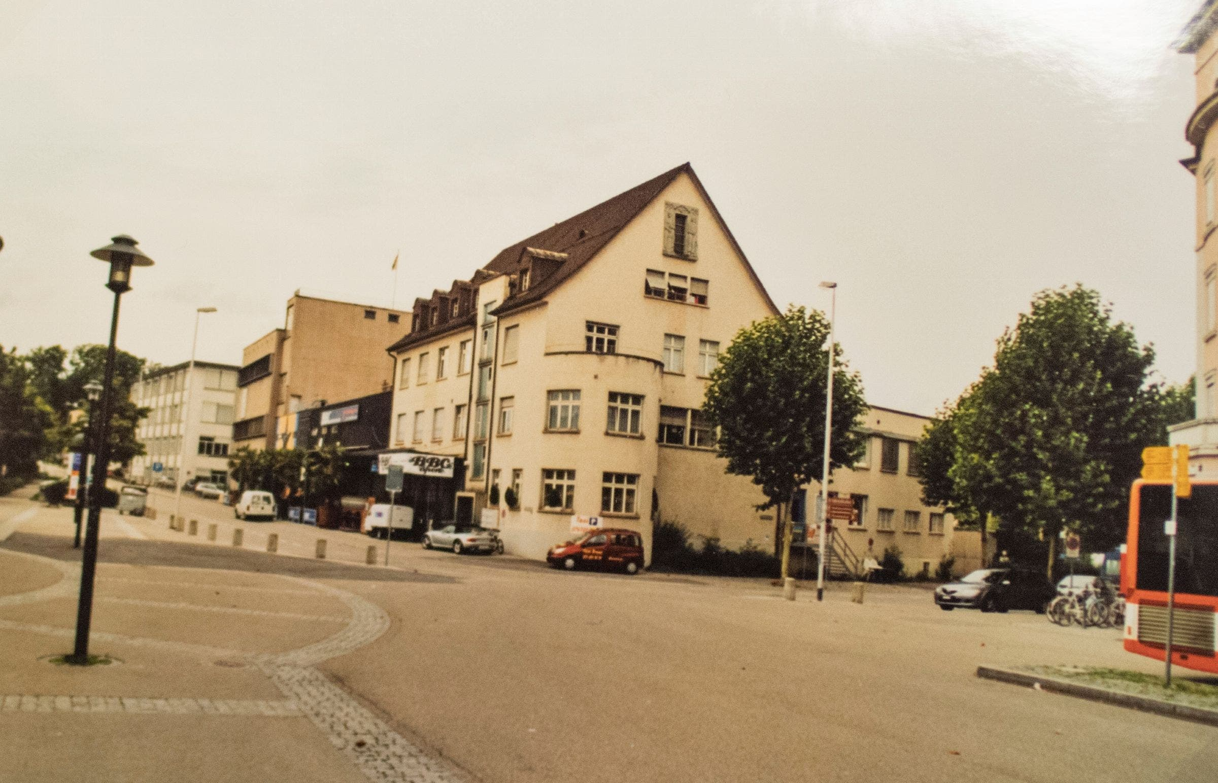 Perfektionist Hans Bösch achtet bei seinen Vorher-Nachher-Aufnahmen von Bauwerken auf jedes Detail. Vorher: Die Butterzentrale am Gossauer Bahnhof zeugte von der Wichtigkeit der Milchwirtschaft in Gossau. Nachher: 2009 wurde an der Stelle der Butterzentrale die Überbauung Perron 3 eröffnet.