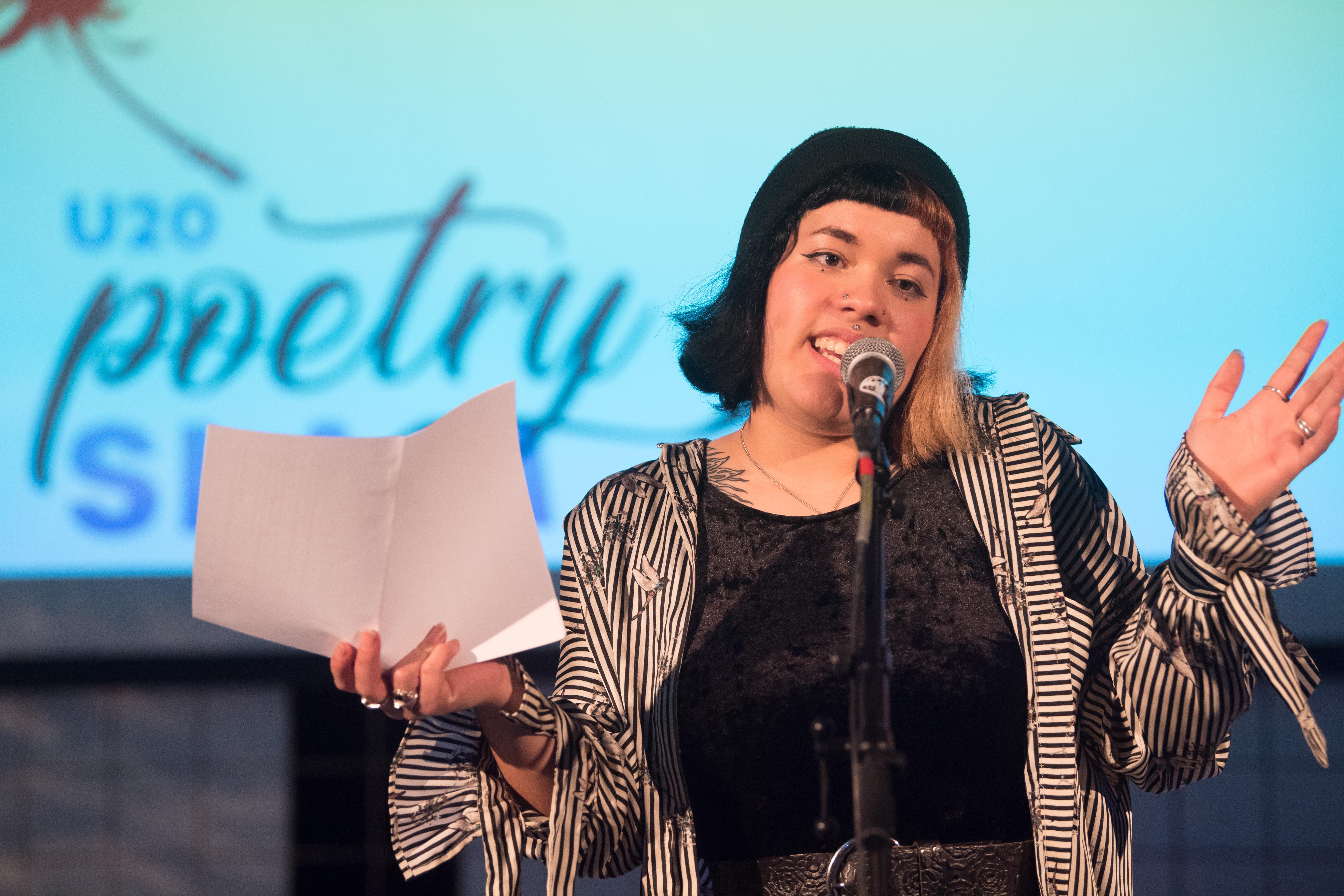 Die Altdorferin Stella Sackmann erzählt in ihrem Slam über Tinder und dass nicht jeder ein Aktivist sei, nur weil er Fleischesser «disse». In Hochdeutsch appelliert sie zu gegenwärtigen Problemen wie braunem Gedankengut und dankt all jenen, sie sich erheben.