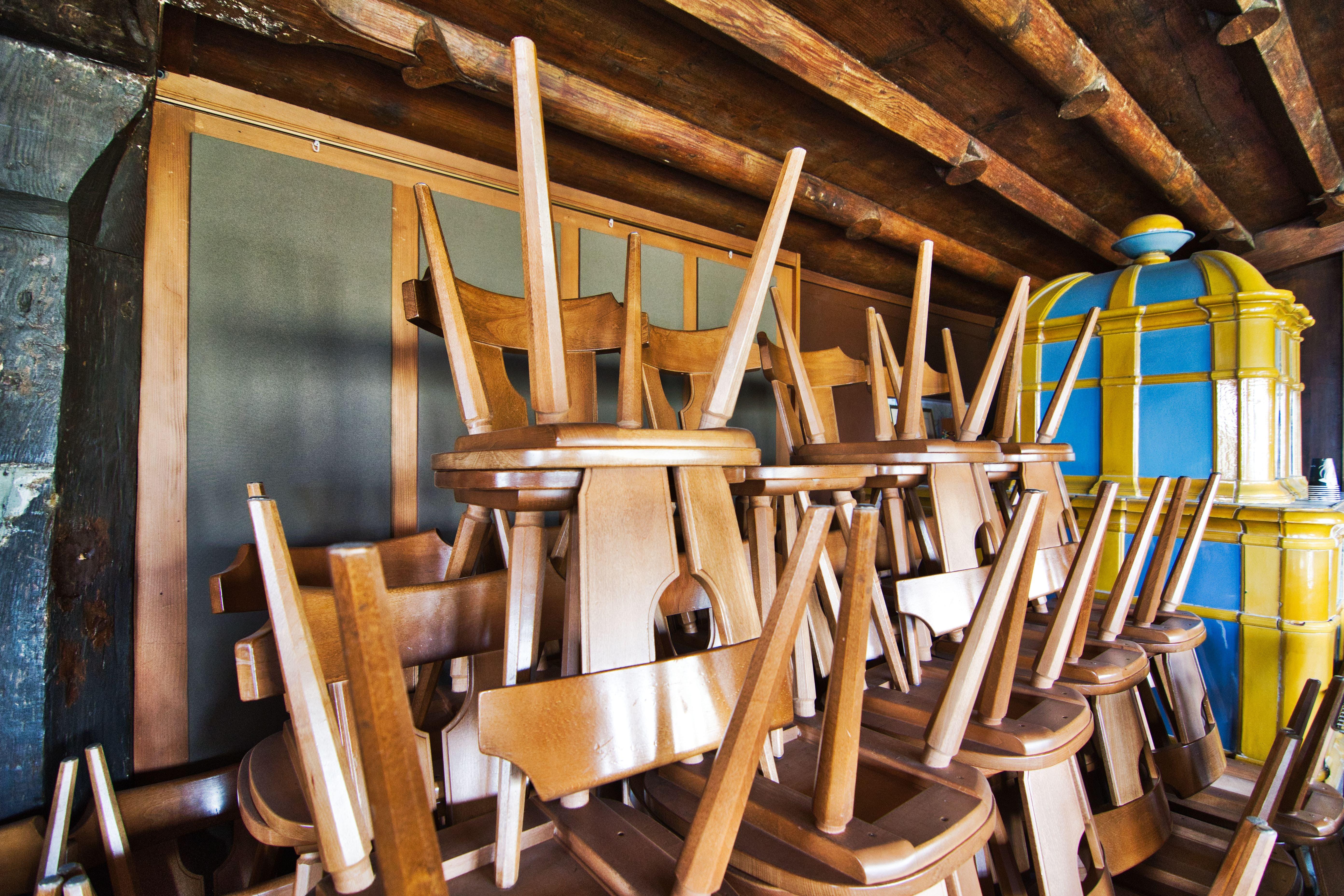 Der Schlossaal dient temporär als Lager- und Abstellraum, aber nur bis Ende Monat. Ab März speisen hier wieder Gäste und die Stühle stehen auf dem Boden.