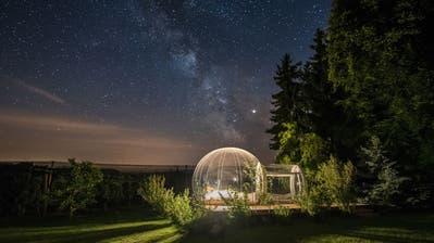 Das Bubble-Hotel beim Feierlenhof in Altnau unter einem beeindruckenden Sternenhimmel. (Bild: PD)