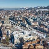 Der Winter dauert hier länger: St.Gallen mit Hauptbahnhof, Fachhochschule und Lokremise. ((Bild: Urs Bucher, 13. Februar 2019))