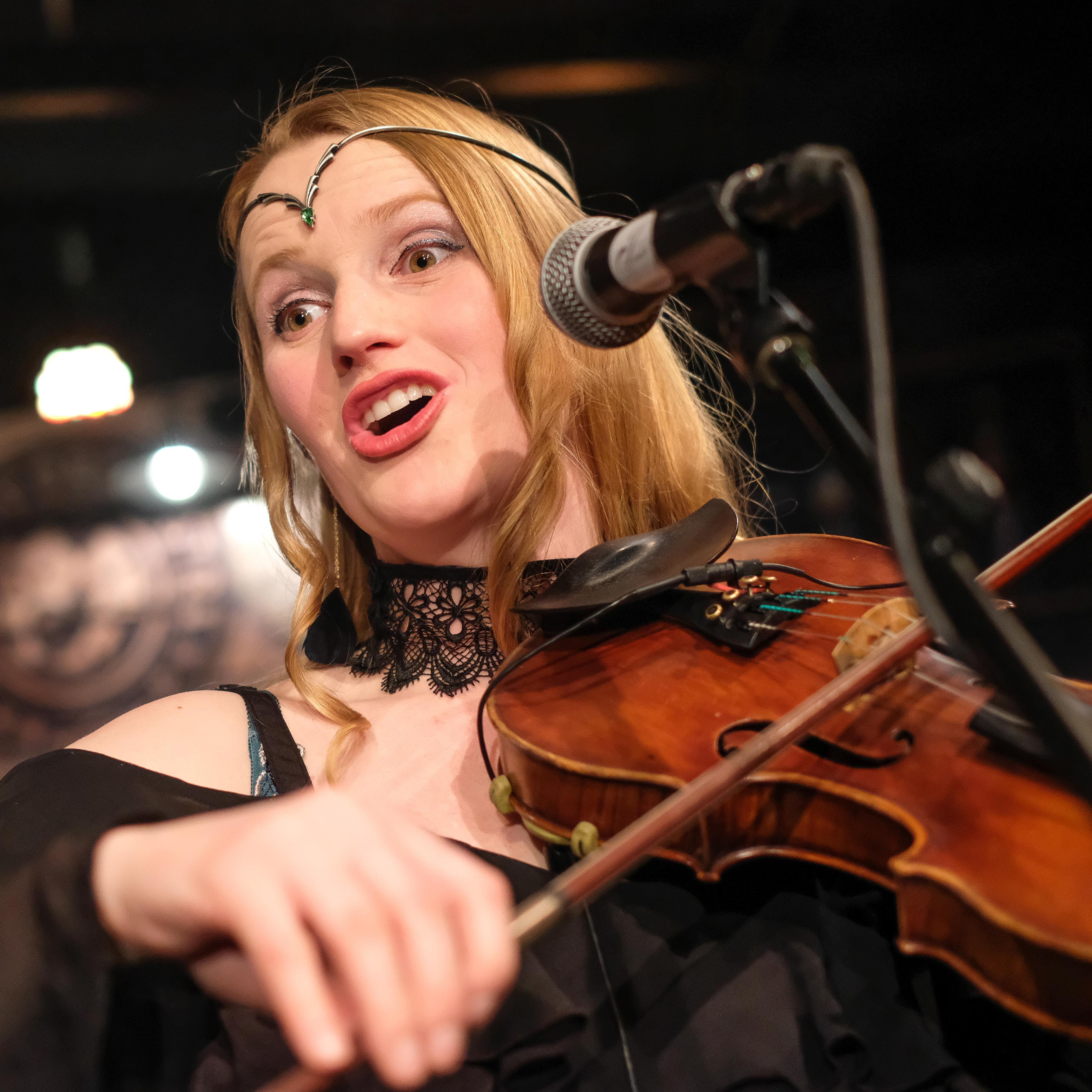 Eva Wey an der Fiddle.