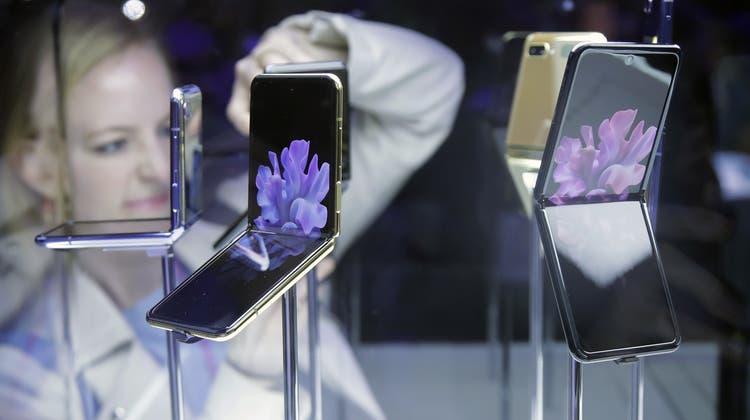 Das Falthandy «Galaxy Z Flip» von Samsung. (Bild: Jeff Chiu / AP)