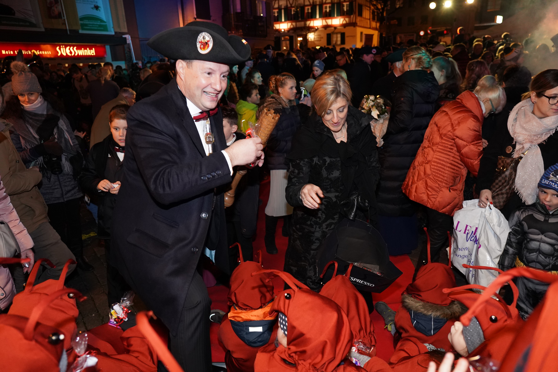 Einzug des Zunftmeisters Rolf Bächler und seiner Frau Irene in Flecken.