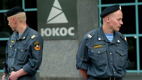 Russische Spezialeinheiten vor dem Yukos-Hauptquartier am 3. Juli 2004. (Bild: AP/ALEXANDER ZEMLIANICHENKO)