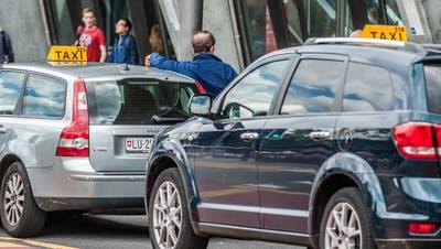 Haben Einbussen verzeichnet: die Taxifahrer vor dem Luzerner Bahnhof. (Bild: Boris Bürgisser, 15. Juni 2016)