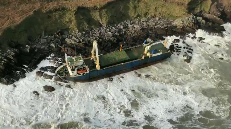 Sturm Dennis treibt Geisterschiff an irische Küste