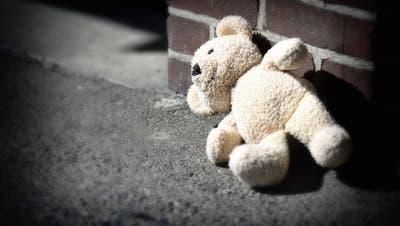 Ein Mann soll gemeinsam mit seiner Liebhaberin deren Tochter als Sexsklavin missbraucht haben. (Symbolbild: Imago)