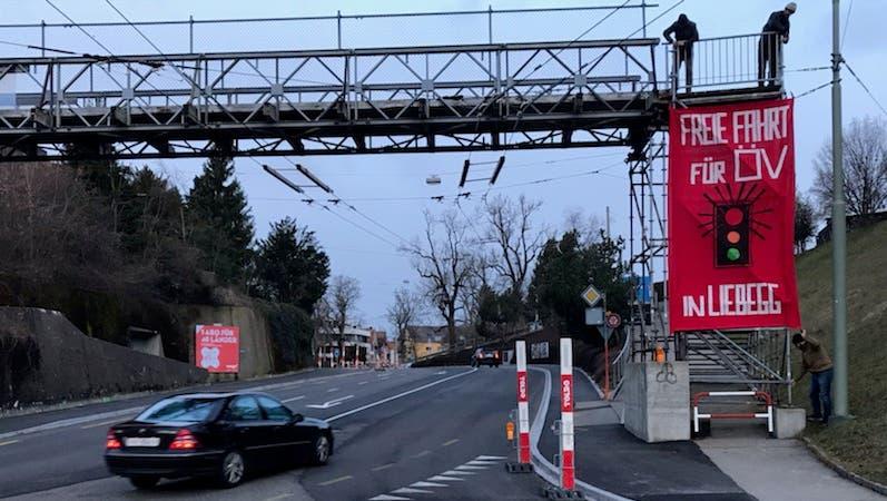 Per Transparent an der Passerelle über die Teufener Strasse im Riethüsli hat die SP am Mittwochmorgen die rasche Realisierung des Lichtsignals in der Liebegg verlangt. Dieses soll den Verkehr in die Stadt hinein dosieren. (Bild: PD)