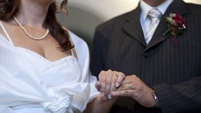Brautpaare nutzen am 20.02.2020 ihre Chance auf ein besonderes Heiratsdatum. (Bild: Keystone)