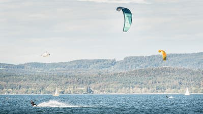 Kitesurfer bei Berlingen: Nur an Tagen, an denen der Wind stark genug bläst, sind diese Wassersportler auf dem See. (Andrea Stalder)