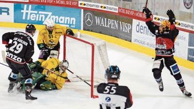 Bis in die vorletzte Minute jubelten nur die Visper (Mark Van Guilder, links, und Topskorer Troy Josephs) im ersten Playoff-Spiel gegen Thurgau (Patrick Parati und Goalie Janick Schwendener).