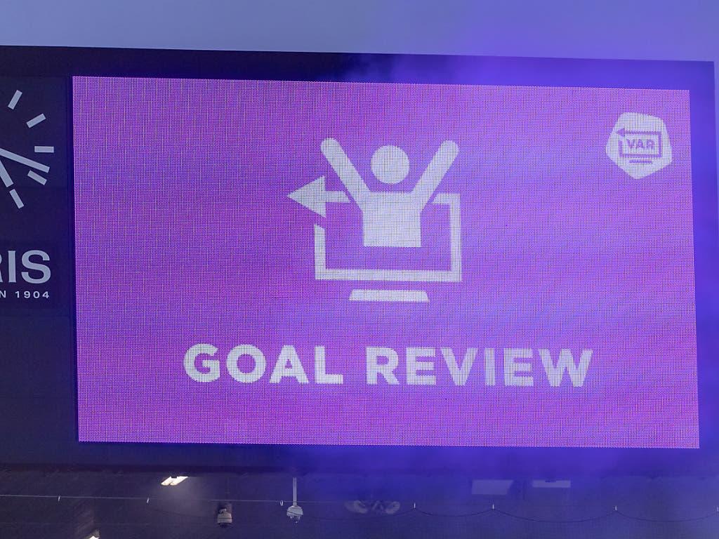 Einen ersten Führungstreffer der Gäste verhindert noch der VAR (Video Assistant Referee)