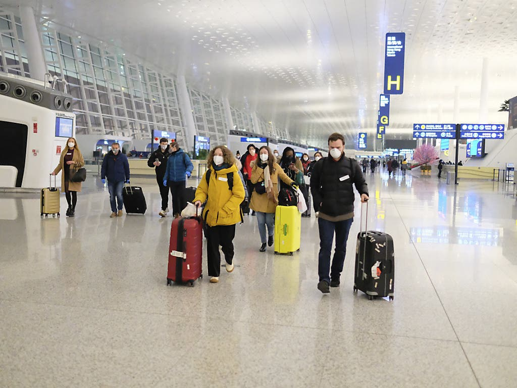 Viele Staaten holen ihre Bürgerinnen und Bürger aus Wuhan in Zentralchina zurück. Hier eine Menschengruppe vor dem Abflug am Flughafen Wuhan Tianhe International.