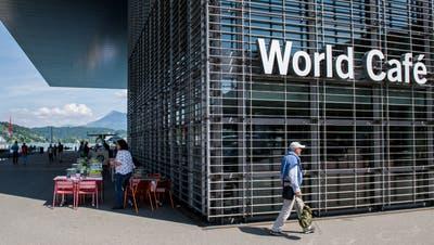 Das Restaurant RED im KKL Luzern wird komplett erneuert. Am Montag wurde das ganze Mobiliar ausgeräumt. (Bild: Nadia Schärli (Luzern, 3. Februar 2020))
