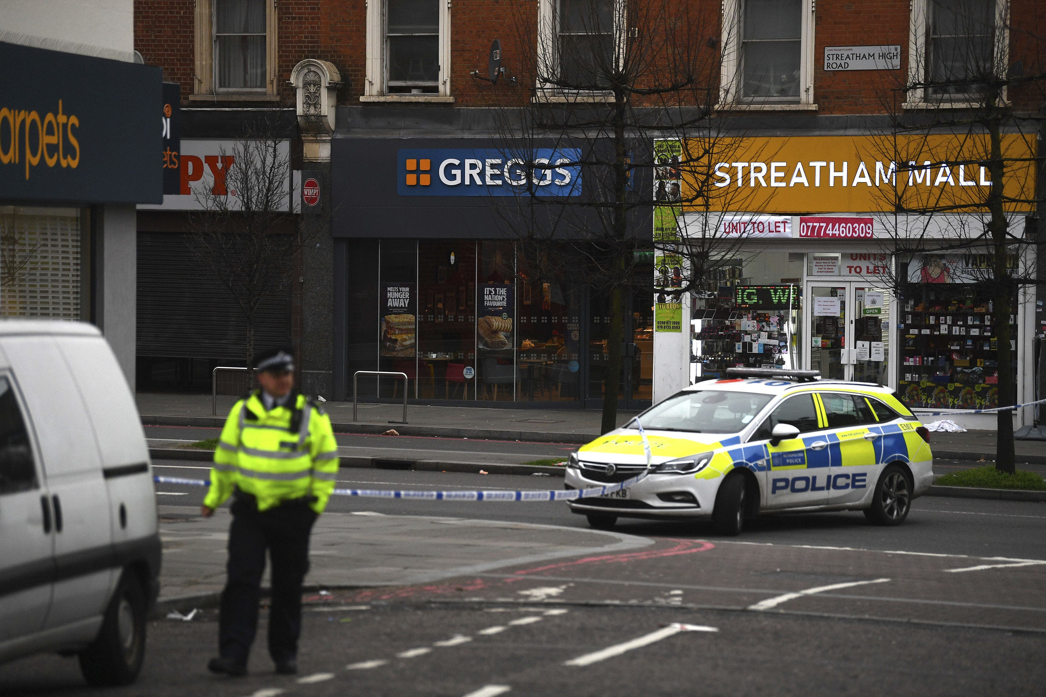 Ein Polizist am Tatort im Londoner Stadtteil Streatham.
