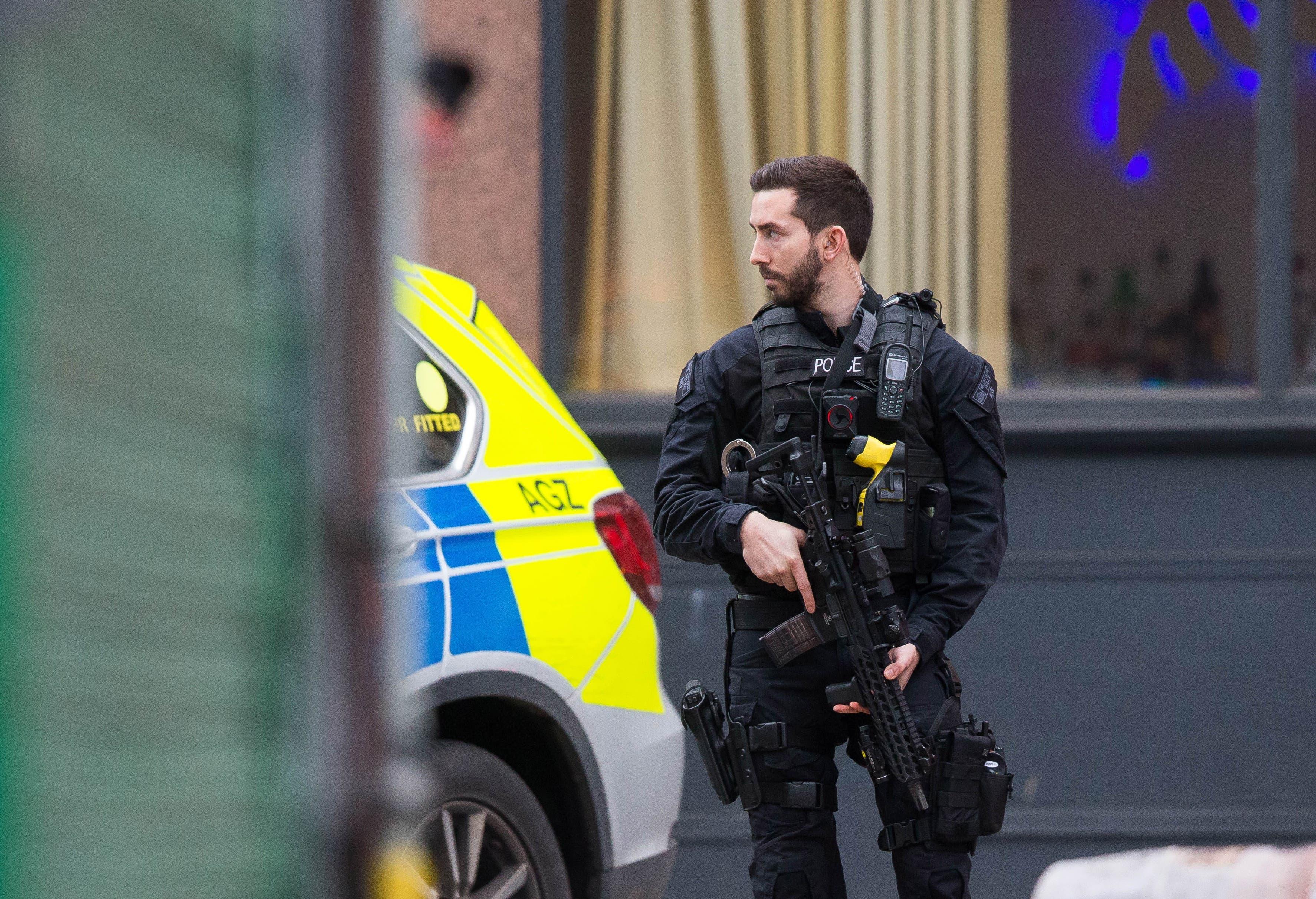 Die Polizei geht von einer Terror-Attacke aus. Ein bewaffneter Polizist sichert das Gebiet um den Tatort.
