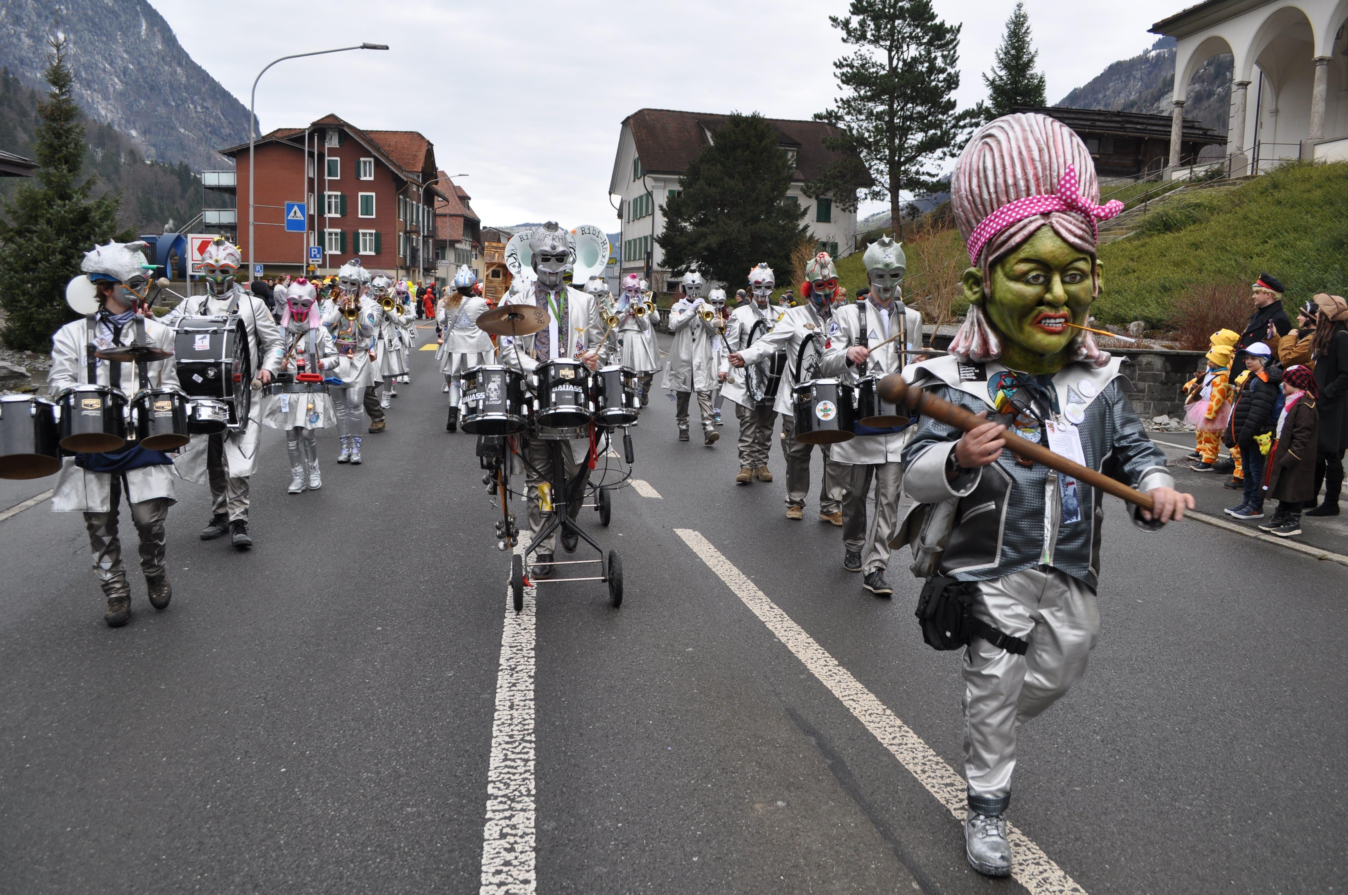 Die Ribi Häxä führen den Kinderumzug in Wolfenschiessen an.