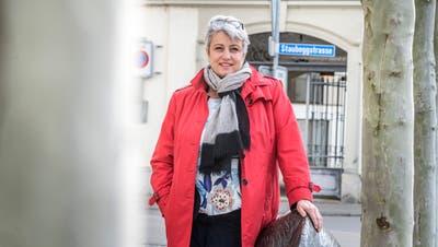 Cornelia Komposch neben dem Wildschwein, das zur «Fabelhaften Regierung» gehört. ((Bild: Andrea Stalder))