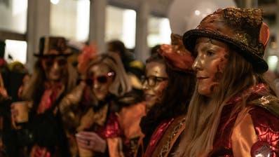 Mit Pfauenfedern und blinkenden Lichtern: Diese Einzelmaskefiel am Agugge in St.Gallen auf. (Bild: Nik Roth)