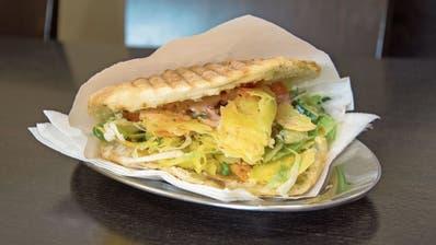 Heller als sein Bruder, vegetarisch, aber genauso saftig-knusprig. Der Käse-Kebab, hergestellt ohne tierisches Lab. (Bilder: Sabine Kuster)