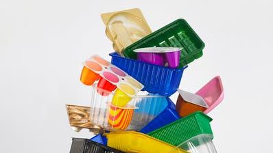 Die Schweizer sind im internationalen Vergleich schlechte Sammler, wenn es um Plastik geht. (Bild: Keystone)