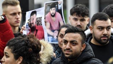 Angehörige der Opfer von Hanau bei einer Mahnwache. (Martin Meissner/Keystone (21. Februar 2020))