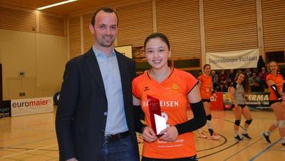 Oliver Dütschler von Volley1 zeichnetAnnouk Erni mit dem Award «Rookie oft the Year» aus. (Beat Lanzendorfer)