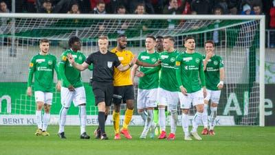 «Mir sind die Hände gebunden.» Schiedsrichter Alain Bieri entschied so, weil sonst die Fifa interveniert. (Urs Bucher)