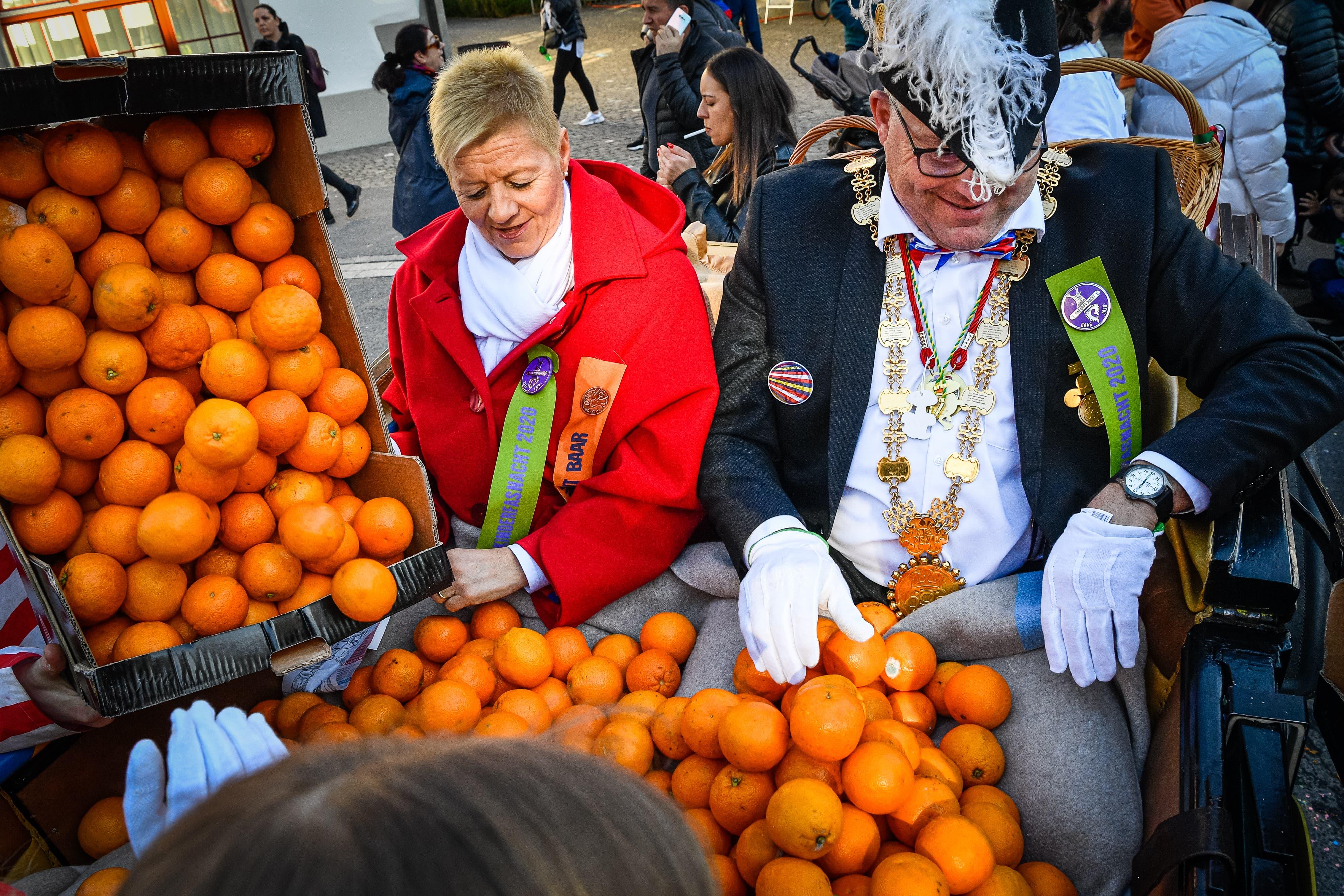 Die Räbekutsche wird mit Orangen gefüllt.