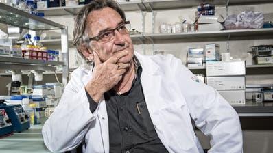 Der Immunologe Beda Stadler, aufgenommen am Institut für Immunologie der Universität Bern. (Remo Naegeli)