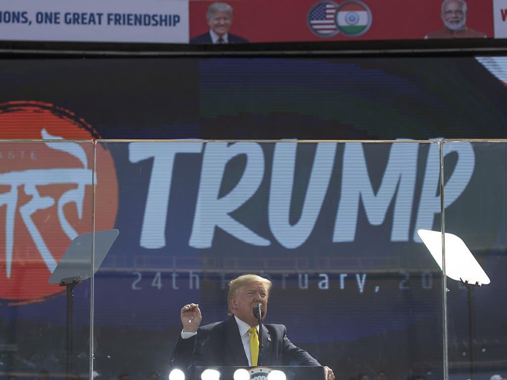 Trumps Auftritt wurde als Freundschaftsgeste gewertet, aber auch als Wahlkampfaktion an die Adresse der rund vier Millionen indischstämmigen Menschen in den USA, die traditionell mehrheitlich die oppositionellen Demokraten wählen.